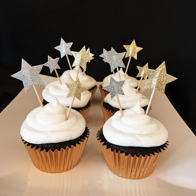 oscar watch party food ideas: cupcakes with star cupcake toppers