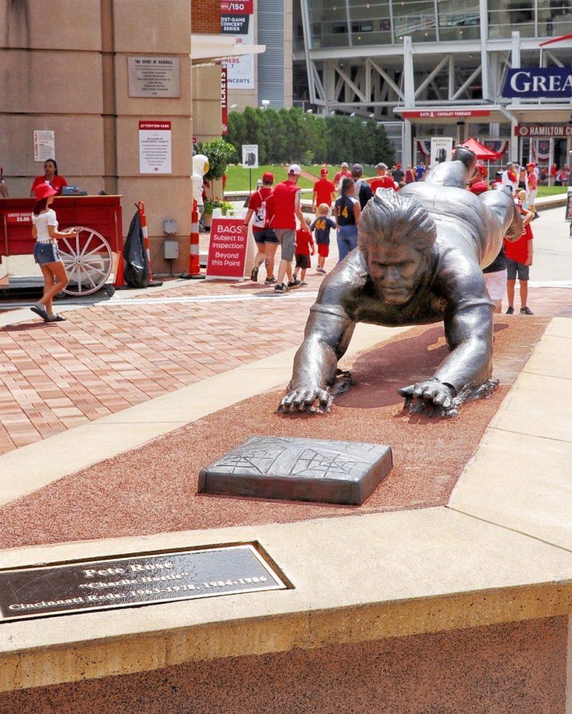 Pete Rose statue ay Great American Ballpark